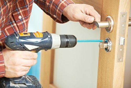 slotenmaker maakt deur