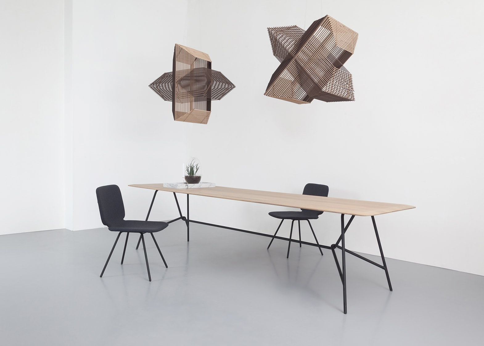 3 design eettafels van odesi op een rij wonenwereld